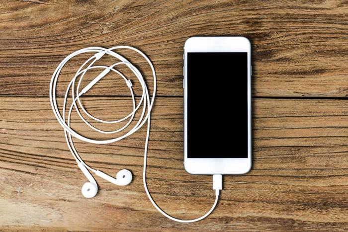 Bạn có thể sử dụng Podcast trên iTunes hoặc ứng dụng Podcast trên App Store