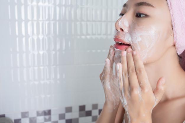 Đắp lên vùng da mụn khoảng 15 đến 20 phút và massage nh
