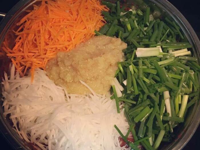 Cà rốt, củ cải trắng gọt vỏ rửa sạch, bào lát mỏng như muối chua