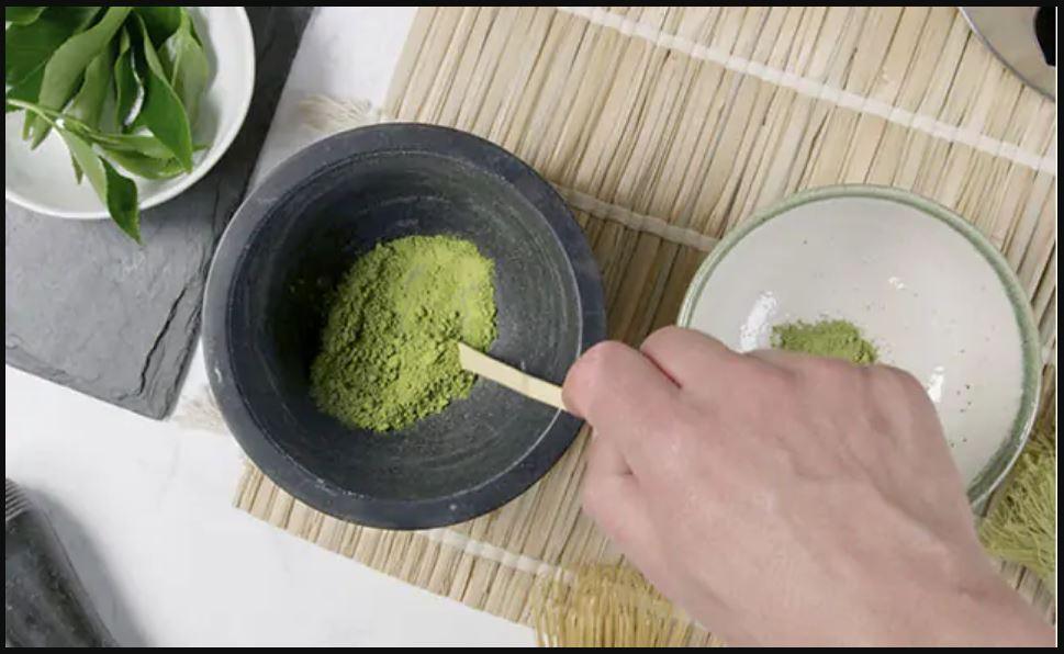 Dùng bột trà xanh và sữa chua không đường theo tỉ lệ 2:2
