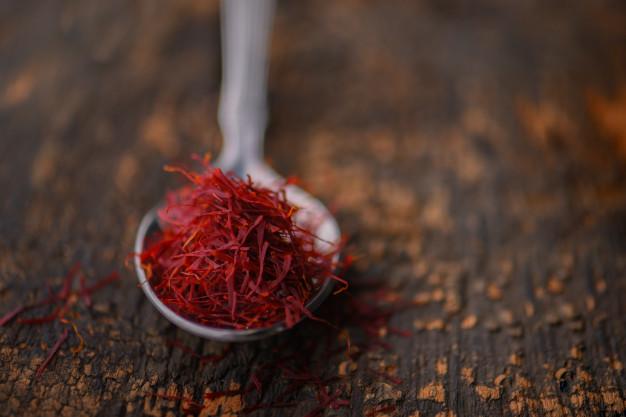 Saffron khi sấy khô có màu đỏ nâu, có mùi hơi giống với cỏ khô, vị đắng nhẹ