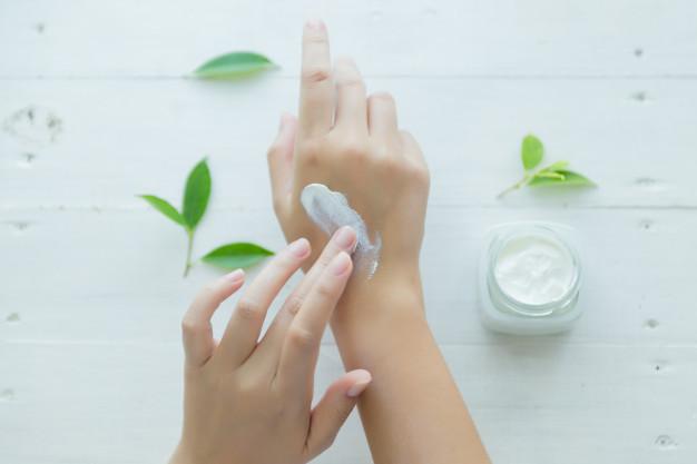 Đối với bạn có da nhạy cảm thì cần phải thử trên cánh tay trước khi thoa lên mặt nhé!