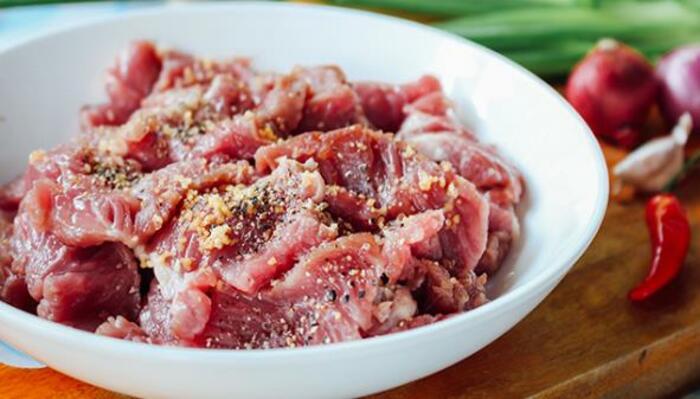 Thịt ba chỉ mua về rửa với nước muối cho sạch, cắt miếng vừa ăn
