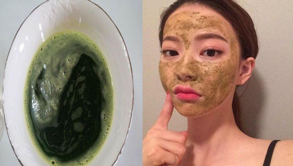 Rửa sạch mặt rồi dùng bông tăm chấm nước thoa lên vùng da mụn.