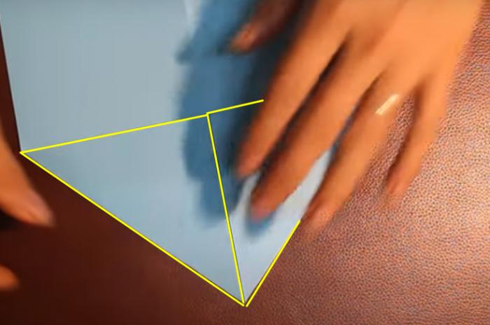 Gấp 2 đầu hình tam giác vào mặt sau tờ giấy