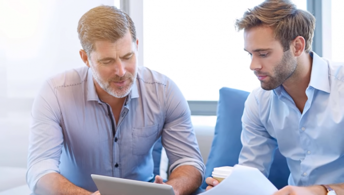 Những người sẵn sàng chia sẻ về mặt tri thức và kinh nghiệm nhưng không nắm quyền quản sát công ty.