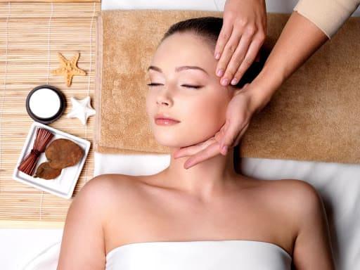 Massage giảm mỡ mặt có lẽ đã không còn xa lạ gì với chị em phụ nữ