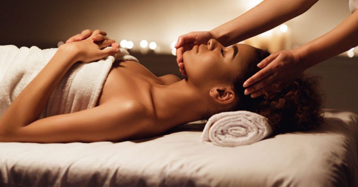 Việc massage khu vực vùng mặt không những giúp khuôn mặt giảm mỡ hiệu quả.