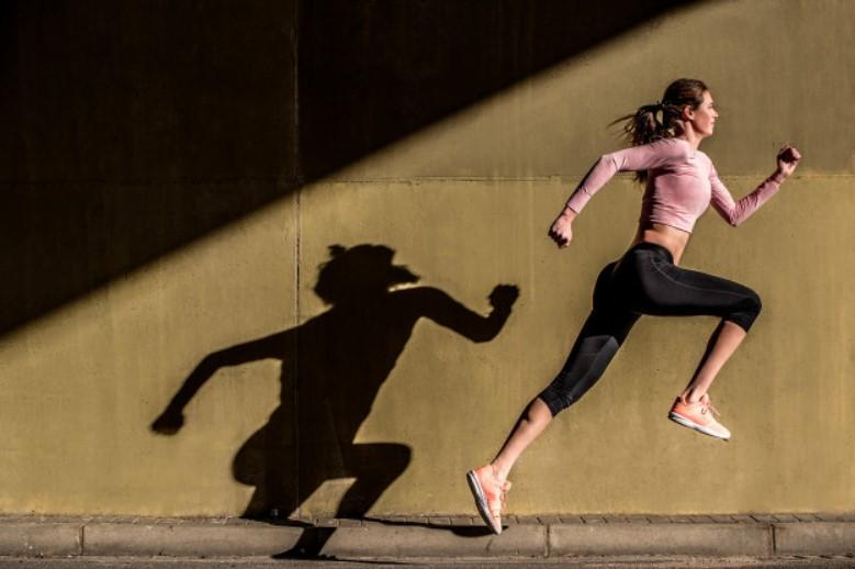 Không nên bước chân quá cao khi chạy