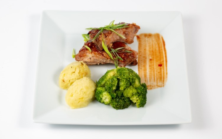 Món ăn giảm cân với cơm thịt bò và súp lơ xanh