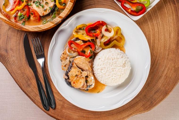 Món ăn giảm cân cùng với cơm gạo lứt, rau cải và cá kho