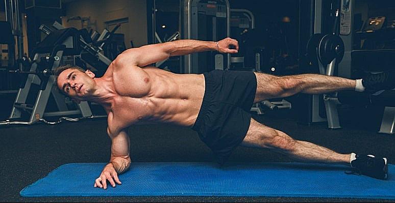 Dumbbell Row Side planks sẽ khiến cơ bụng của bạn như xé toạc ra