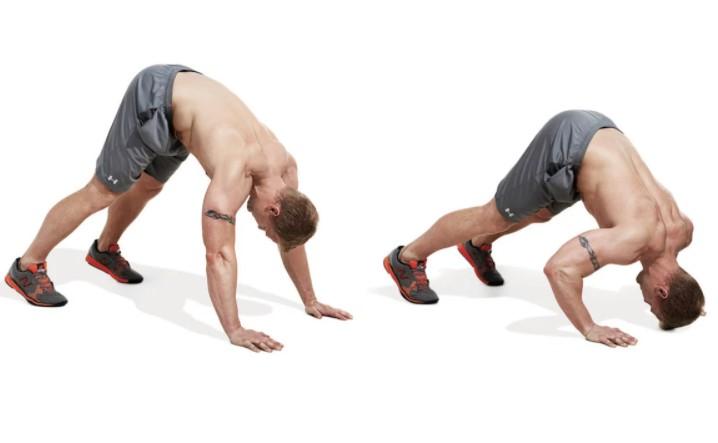 Đứng thẳng và chống tay xuống sàn, hạ cơ tay sau (Pike Pushup)