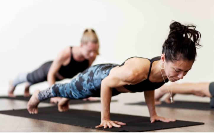 Hạ tư thế plank và nâng đỡ toàn bộ cơ thể bằng cơ tay sau (Chaturanga)
