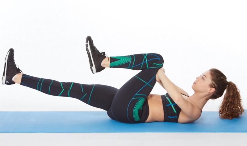 Căng cơ một bên chân Resisted Single Leg Stretch