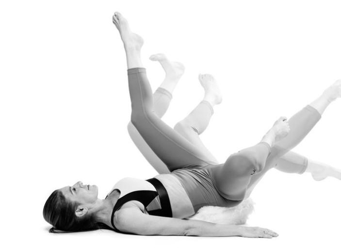 Yoga nâng chân và đá chân